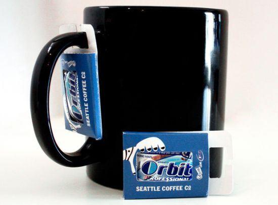 Упаковку Orbit в виде бирки можно подвешивать к кофейной кружке