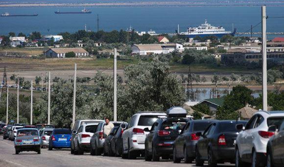 Более двух тысяч автомобилей ожидают переправы через Керченский пролив