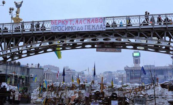 Коммунальщикам не удалось убрать баррикаду в центре Киева