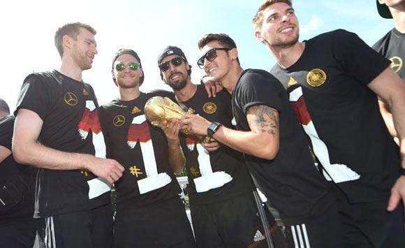 Сборная Германии повредила кубок чемпионов мира по футболу