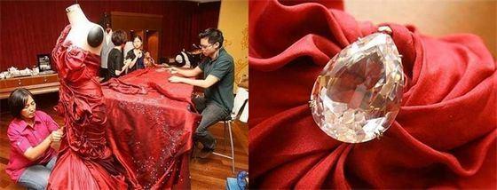 Платье Соловей Куала-Лумпура обильно украшено бриллиантами, но из-за высокой стоимости его еще не смогли продать