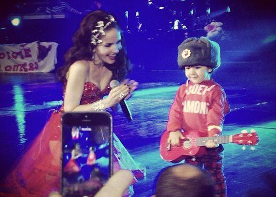 Наталья Орейро с сыном Мерлином на выступлении в Москве