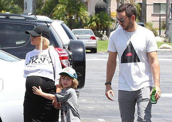 Беременная Кристина Агилера с сыном Максом и мужем Мэттью Ратлером