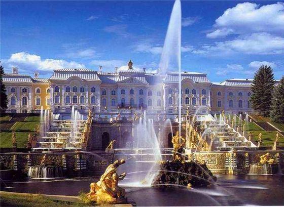 Большой каскад - самый крупный ансамбль из фонтанов в мире.