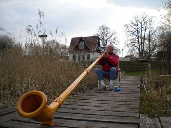 Альпийский рог - большой и громкий музыкальный инструмент