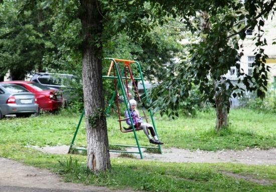 В двенадцати дворах Первоуральска оборудуют детские площадки