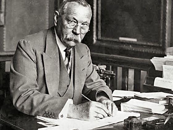 Артур Конан Дойл создал самого известного книжного детектива Шерлока Холмса