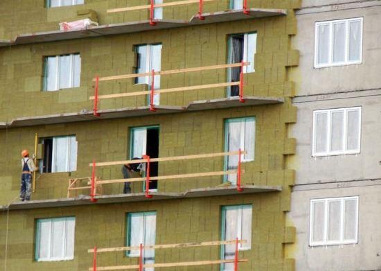 В Дзержинске ведутся работы по утеплению стен жилых домов
