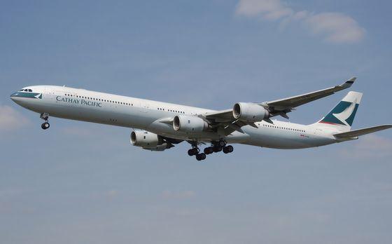 Большой самолет Airbus A340-600 летает между континентами