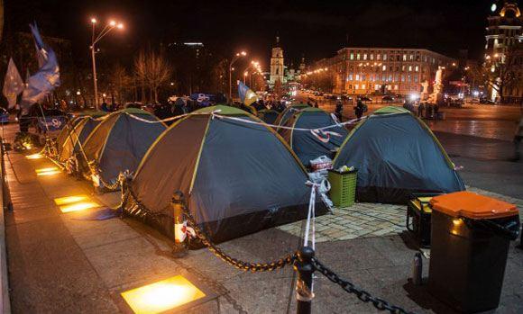На Михайловской площади в Киеве сгорели палатки активистов Майдана