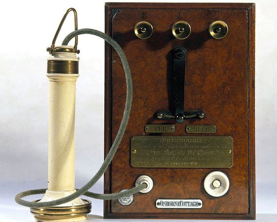 Первое устройство, напоминающее телефон, изобрел Шарль Бурсель