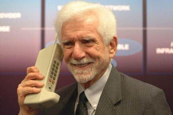 Первый мобильный телефон - большой и неудобный
