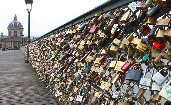 Власти Парижа просят туристов вместо «замков любви» делать селфи