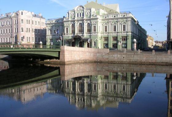 Петербуржцы ожидают открытие театра
