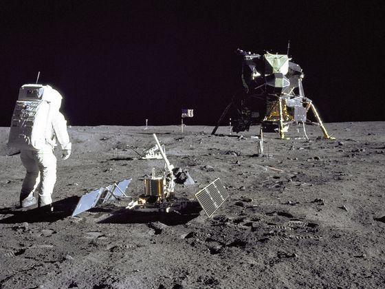 Космический «Апполон-11» первый раз приземляется на Луне