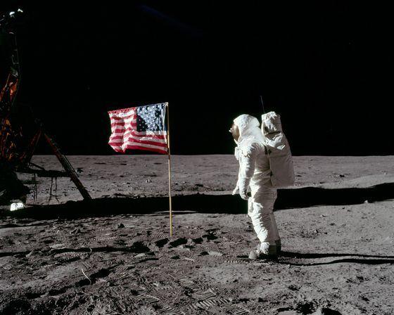 Первую высадку американцев на Луне называют мистификацией