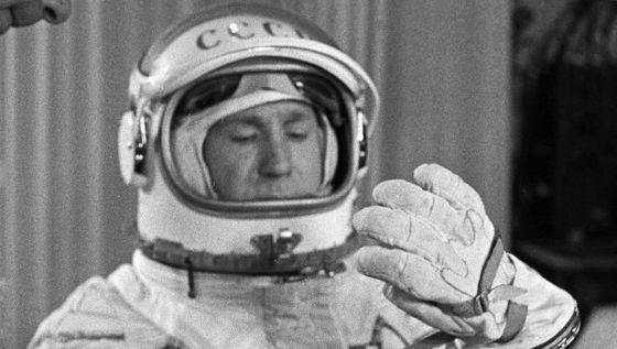 Алексей Леонов - первый космонавт, вышедший в открытый космос