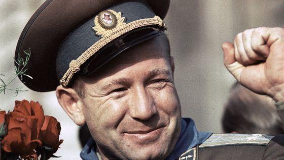 Космонавт Алексей Леонов стал героем Советского Союза
