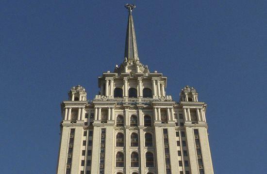 Над сталинской высоткой в Москве подняли украинский флаг