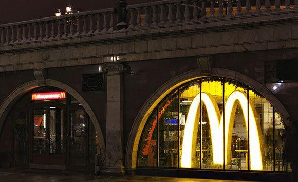 Один из закрытых Роспотребнадзором «Макдоналдсов» работает как обычно