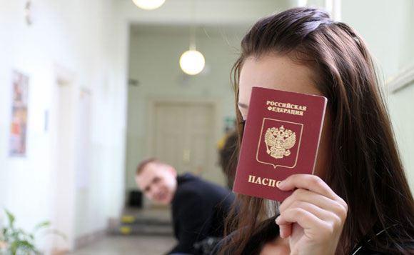 Гражданам РФ, повредившим свой паспорт за рубежом, разрешат вернуться на родину