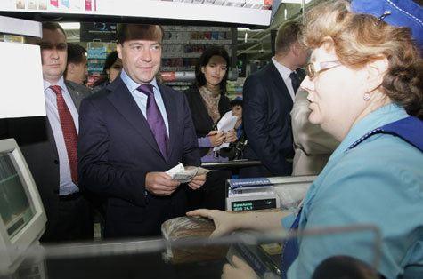 Медведев зашел в поселковый продуктовый магазин
