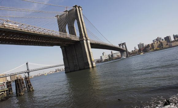 Забравшегося на Бруклинский мост россиянина отпустили под залог