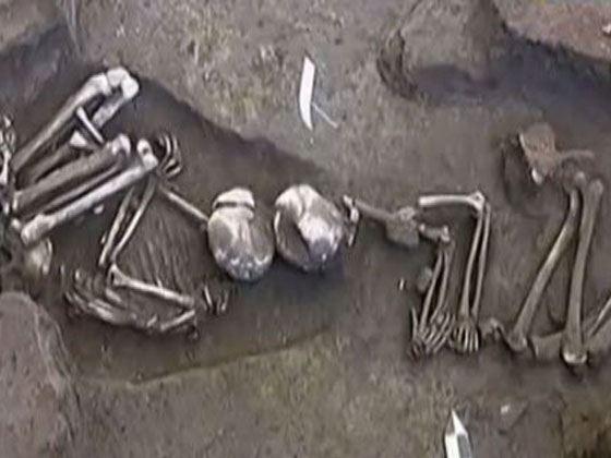 В одной из могил были обнаружены человеческие кости рядом с животным