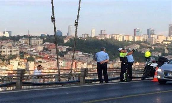 Турецкий любитель селфи в униформе сделал фотографию на фоне самоубийцы