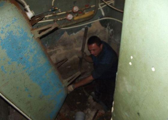 Курганские ремонтники обрушили пол в санузле квартиры