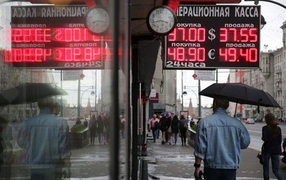 Курс доллара упал на 51 копейку, евро – на 64