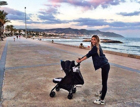 Девушка и сын Пьехи отдыхают в Испании