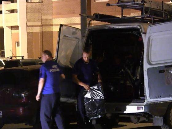Прибыв на место происшествие, сотрудники милиции под окнами квартиры обнаружили на земле 25-летнего москвича, который скончался при падении