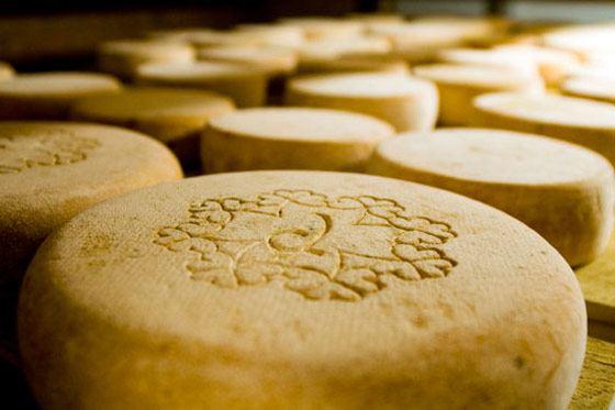 Самый дорогой сыр был продан за 6,3 тысяч евро за полкилограмма
