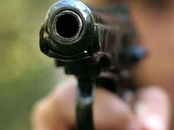 натянул капюшон и выстрелил два раза из травматического пистолета