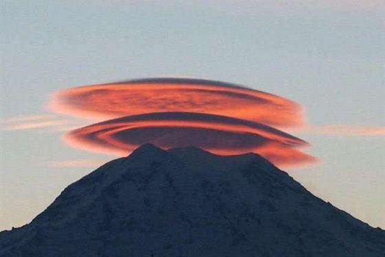 Поразительные двояковыпуклые облака над горой Фудзиями