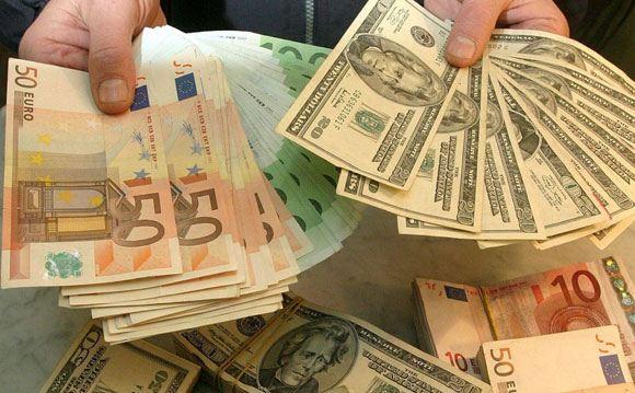 Российская валюта продолжила дешеветь в ходе торгов на московской бирже