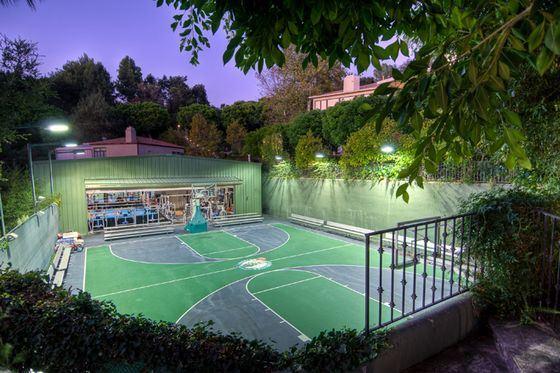Прекрасный особняк Марка Уолберга оборудован теннисным кортом
