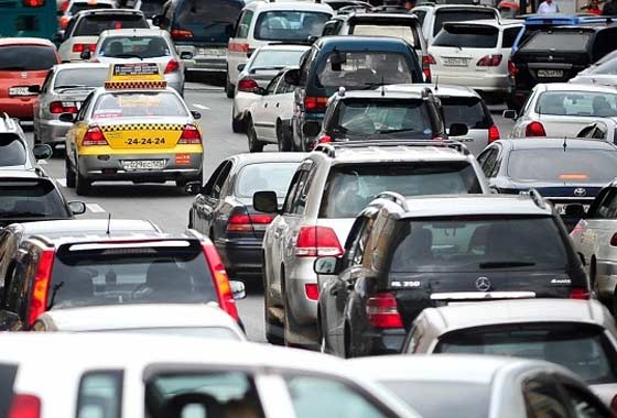 Muscovites and guests of the capital collectively preferred to stand in traffic jams