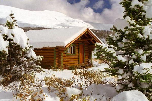 Загородный дом требует очистки от снега