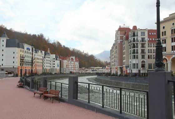 Бизнесмены и чиновники обсуждают развитие туризма на горнолыжном курорте «Роза Хутор» в Сочи
