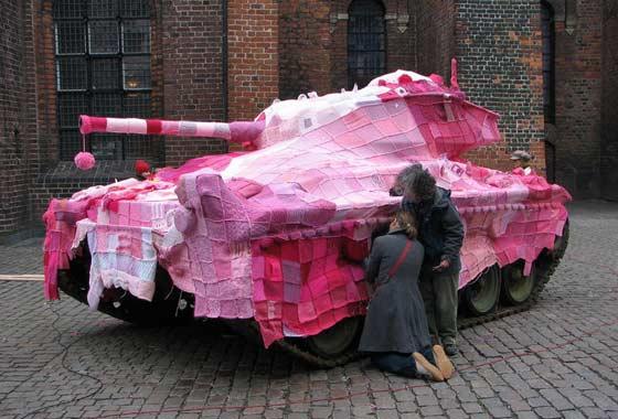 Ярнбомбинг: искусство делать уличную обстановку более уютной, даже если речь идет о танке