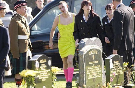 На похоронах Кевина Эллиота его друг выполнил условия пари