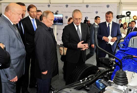 Путин осмотрел новый грузовик, но заводить не стал