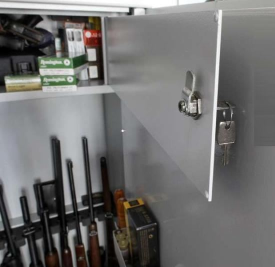 Огнестрельное оружие и боеприпасы необходимо хранить в сейфе
