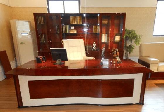 Глава фонда пожелала работать за дорогим столом с кожаным покрытием