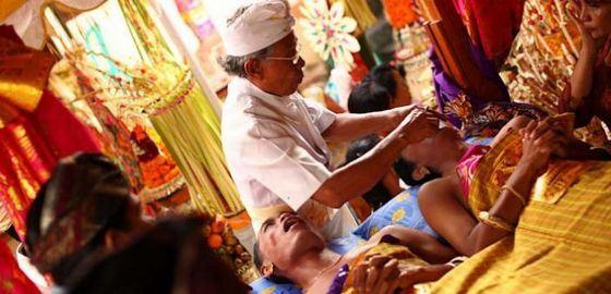 Свадебные традиции Бали: молодые без зубов