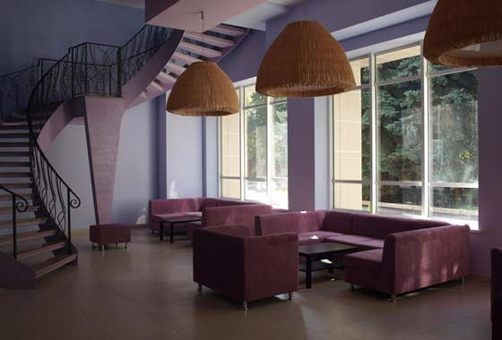 Мягкая мебель позволяет отдыхающим расслабиться в санатории