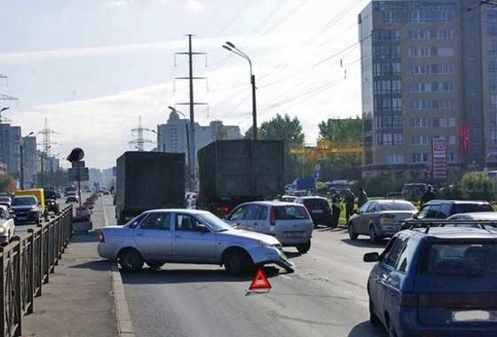 Аварии происходят в России часто, но страховщики не хотят платить всем пострадавшим