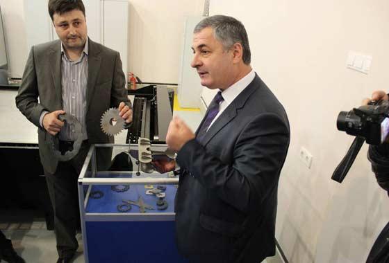 На презентации инжинирингового центра ВлГУ были продемонстрированы вырезанные лазером изделия